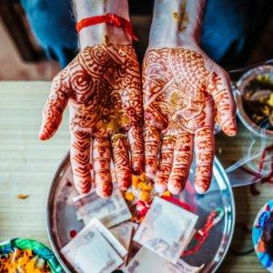 Chai Latte bereiden henna handen chai